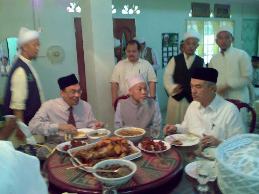 Anwar, Tok Ayah dan Abdullah : Makan Tengahari Untuk Keamanan